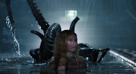 aliens-1986-newt-and-alien 01