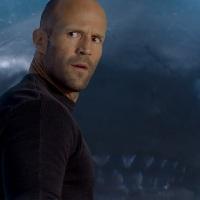 """""""אימה במצולות"""" (Meg) - טריילר ראשון - ג'ייסון סטייטהם נגד כריש פרהיסטורי באורך 20 מטר"""